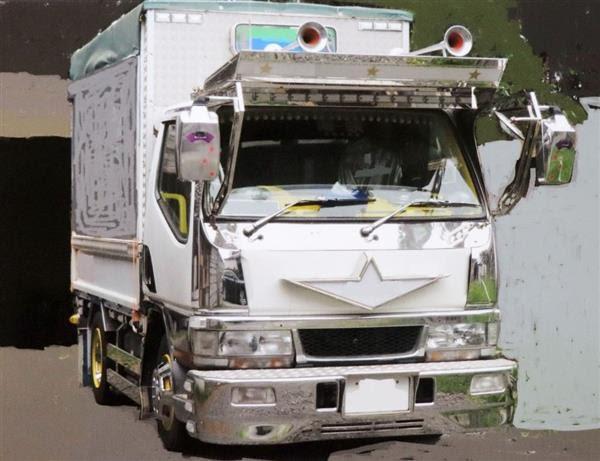 高さ制限を上回る改造が施された小型貨物車(青森県警提供、画像加工されています)