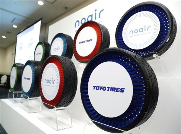 東洋ゴム工業が公開した、空気を入れる必要のない自動車用タイヤの試作品=8日午前、大阪府吹田市